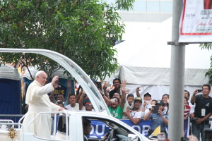 Pope Francis waves to a jolly crowd heading to the Mall of Asia Arena in Pasay City for a meeting with Filipino families (Photo by MIA ROSIENNA MALLARI / The Filipino Connection)